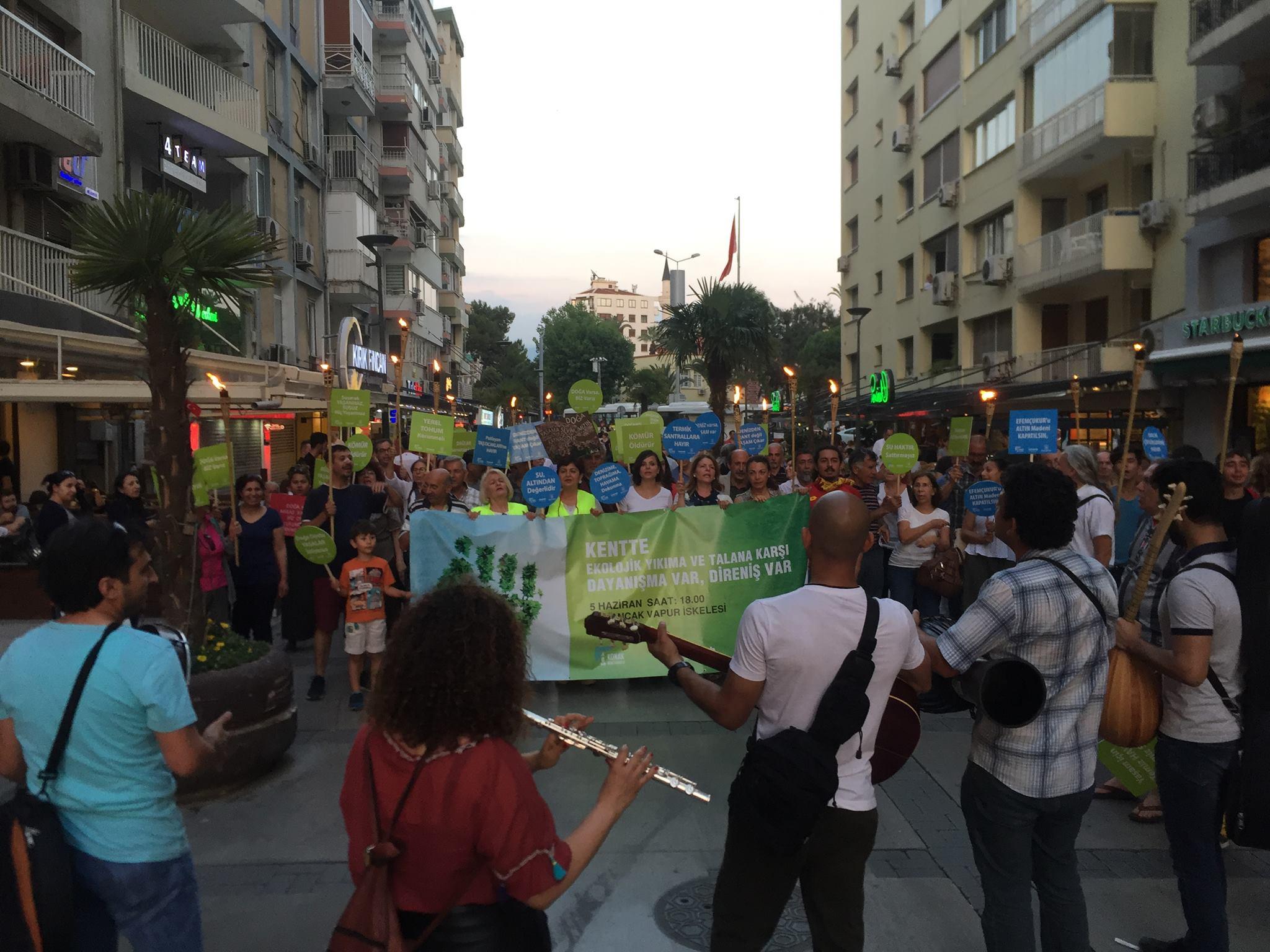 İzmirde ekolojik yıkıma karşı meşaleli yürüyüş