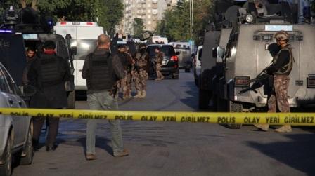 polis baskın düzenlediği evde bir kişiyi infaz etti
